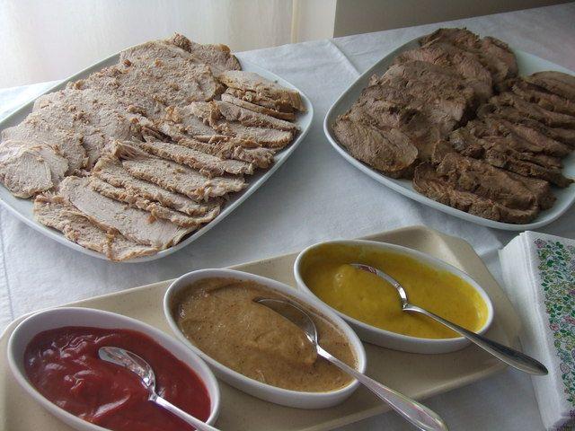 Carnes frías con tres salsas Ver receta: http://www.mis-recetas.org/recetas/show/37012-carnes-frias-con-tres-salsas #carnes #buffet #recetas