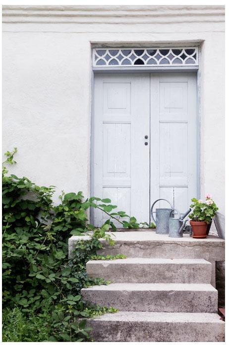 vacker blå dörr och stentrappa