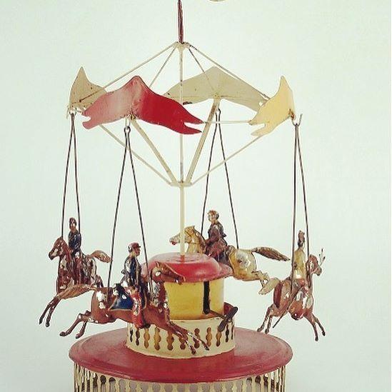Atlı karıncalar hep dönsün, çocukların yüzü hep gülsün… #istanbuloyuncakmuzesi #istanbultoymuseum #atlıkarınca #çocuk #oyun #oyuncak