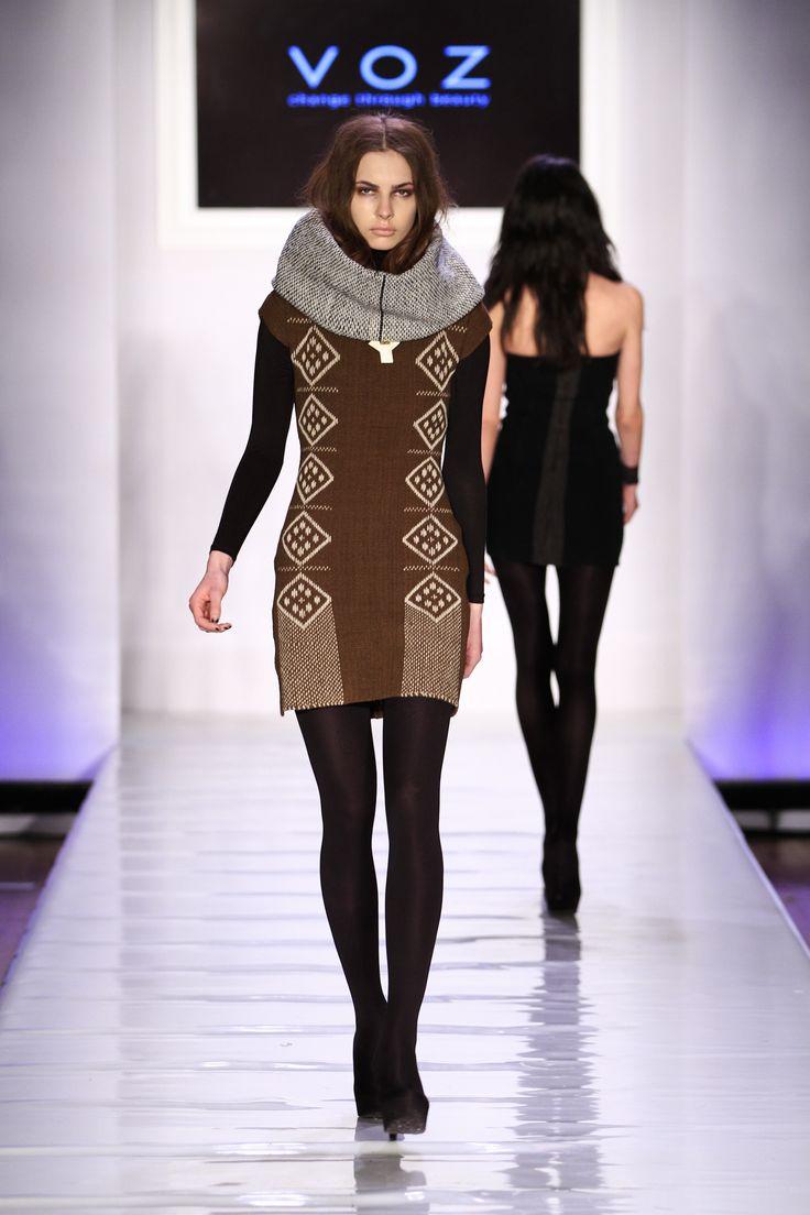 vestido  tejido  con iconos de inspiracion mapuche