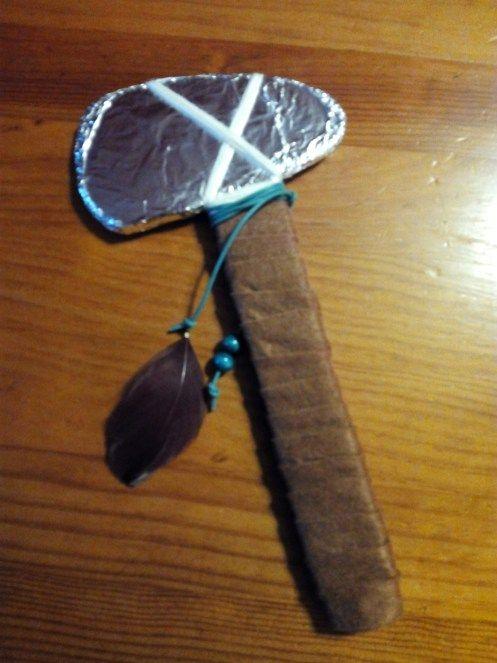 disfraz de indio: tomahawk materiales: cartón, fieltro papel aluminio, cordones, plumas y abalorios