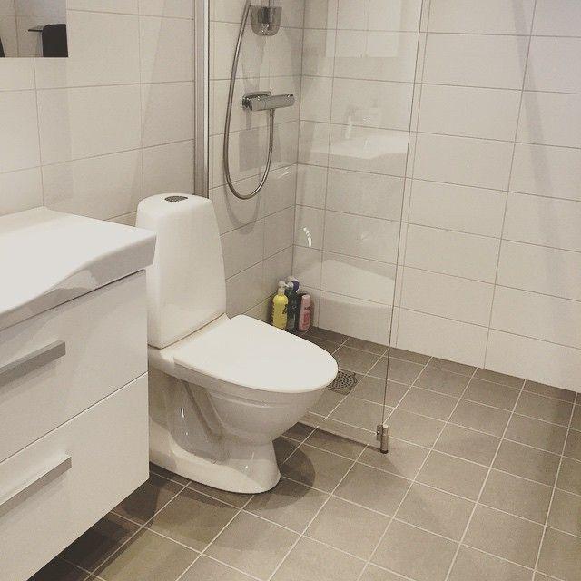 Stilrent & fräscht! 20x20cm på golvet serie Trend (färg Grå) samt 20x40cm på vägg, vit matt. #badrum ...