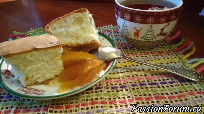 Я заменила смесь муки с разрыхлителем на самоподнимающуюся муку, ванилин - ванильным сахаром.  Яйца взбейте с сахаром добела, добавиьте муку с солью, разрыхлителем и ванилином, размешайте. Влейте масло и кипяток, перемешайте еще раз, выложите в форму и выпекайте 30 минут при 180С.  Приятного аппетита