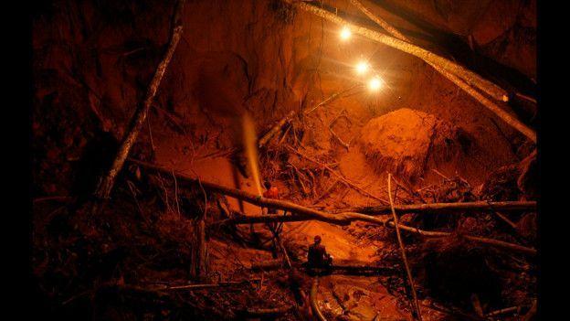 Ron Haviv investigó sobre la minería ilegal de oro en la zona del Amazonas peruano. Su proyecto abarca el antes y el después del cierre de las minas. Mina de oro ilegal en Perú. Foto de Ron Haviv