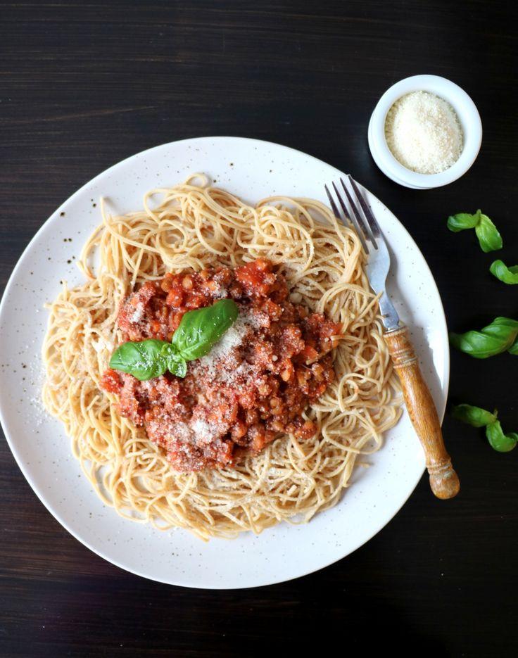 God mandag! Da er veka i gang igjen! Eg skal faktisk heimover idag og blir heime til søndag. Denne frøkna trenger litt fjord og fjell-avbrekk fra studentlivet her i hovedstaden! Idag er det kjøttfri mandag, og eg tenkte å dele en vegetarvri på spagetti bolognese. Denne middagen er både rask og enkel, med mange gode …