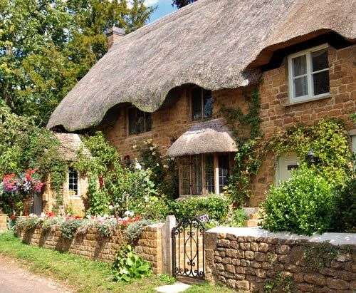 'Chocolate Box' cottage (and nothing wrong with that!) in the streets of Bloxham
