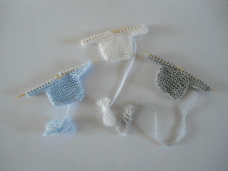 Mini brassières bébé sur aiguilles pour scrapbooking faire part naissance