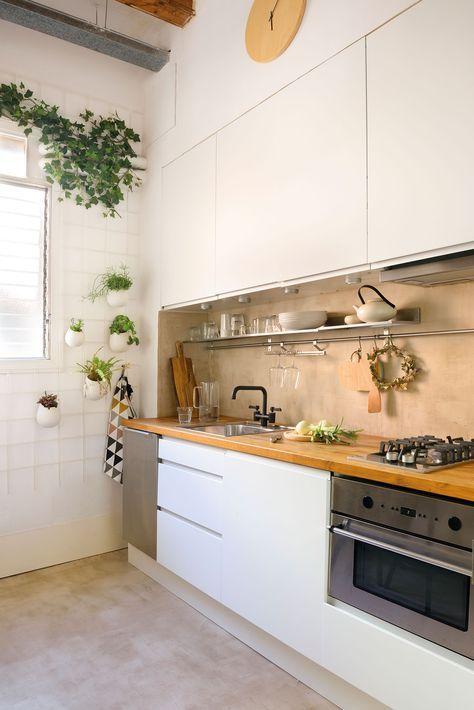 Cocina en blanco con muebles altos, encimera de madera y ...