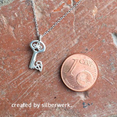 Der Schlüssel zum Glück ist winzig klein ...  ;-) ... Und hier ist er zu haben: https://www.silberwerk.de/ringding/3531210-mini-anhanger-schlussel-6x13mm-incl-silberkette   Es gibt auch noch viel mehr Supermini-Kettenanhänger: https://www.silberwerk.de/katalog/222-minianhanger