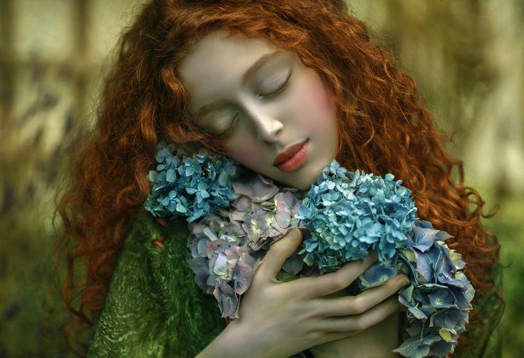 кудрявая-рыжая-девушка-с-цветами-в-охапку.jpg (2048×1397)