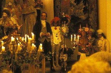 Píše se rok 1781 a Antonio Salieri (Abraham) působí jako dvorní skladatel císaře Josefa II (Jeffrey Jones). Když ke dvoru přijede Mozart (Tom Hulce, nominovaný na Oscara), Salieri si s hrůzou uvědomí, že božské hudební nadání, které si přál mít on…