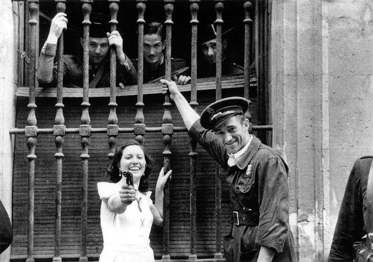 Una mujer apuntando al fotografo 3 dias despues del comienzo de la guerra civil española zona republicana.
