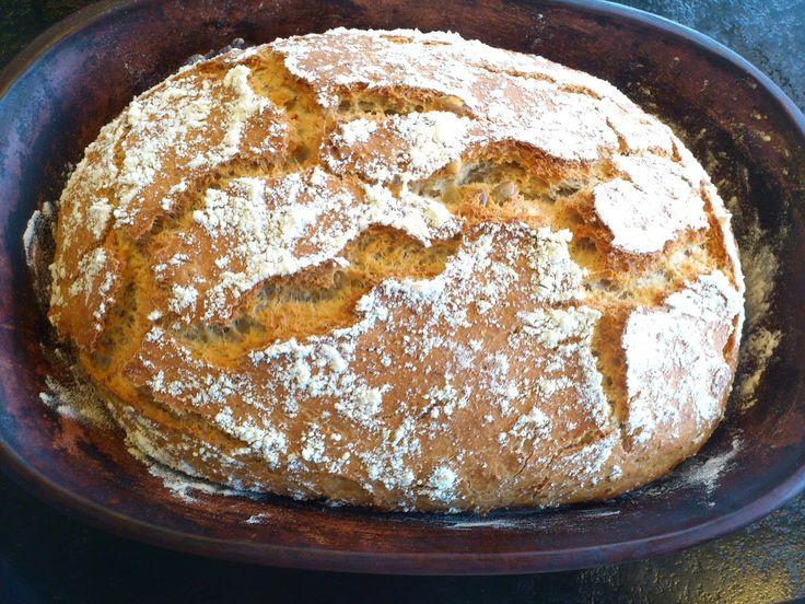 Det er gøy å bake brød i leirgryte. Hvis du ikke har en sånn stekeform bør du anskaffe deg en snarest. Mange gode middager lager du også ...