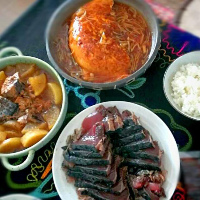 旦那さんが、かつおのたたきを安くで買ってきてくれましたヾ(o´∀`o)ノ  缶詰めを使って時短一品(●`ω´●)  茶色い食卓ですが美味しいのでヨシ、です(*⌒▽⌒*) - 10件のもぐもぐ - 豆腐でかさましカニかまかに玉、サバ缶大根、かつおのたたき by Yuko0421