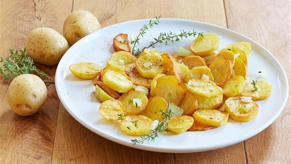 Knusprig, würzig, lecker! So kommen unsere Bratkartoffeln daher. Egal ob als Hauptgericht oder Beilage, Bratkartoffeln schmecken einfach immer!