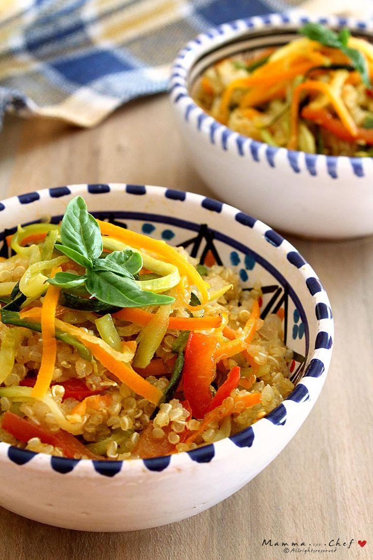 La Quinoa con spaghetti di verdure è un piatto delizioso, semplice e veloce da preparare, con peperoni, zucchine, carote, cipolla rossa di Tropea e basilico