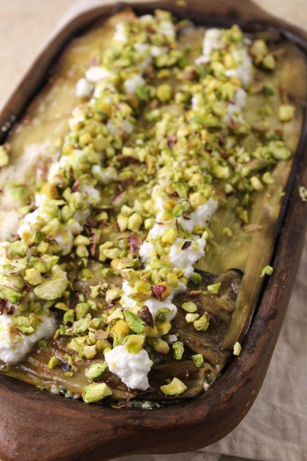 Lasanha de berinjela com quinua e molho pesto, um toque de passas, queijo cottage e pistache ou nozes picados. Além de saudável, tem um sabor incrível!