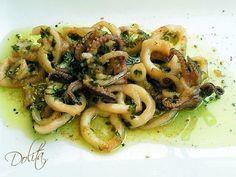 CALAMARES AL AJILLO / - Calamares - Ajo a nuestro gusto - Perejil - 100 ml de vinagre - Pimientas variadas - Sal - Aceite de oliva virgen extra
