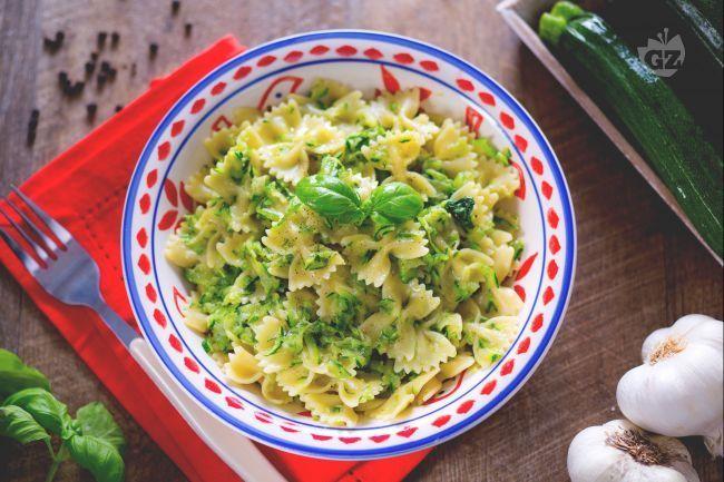 La pasta e zucchine è un primo piatto davvero semplice e gustoso, facile e veloce: si prepara in meno di 20 minuti!