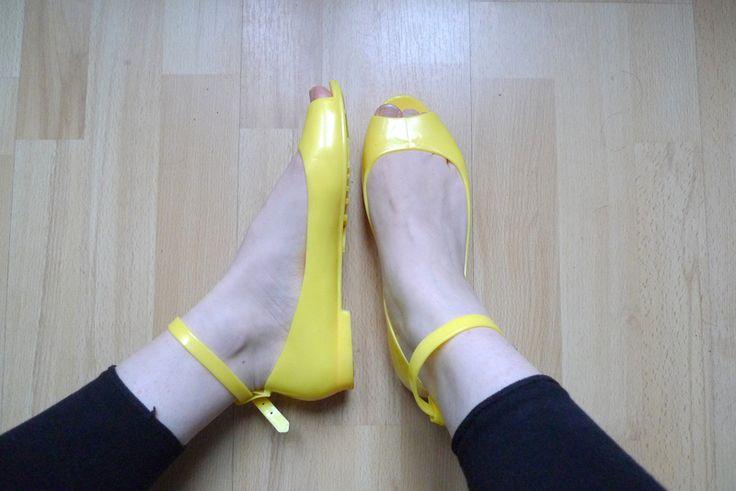Chaussures en PVC peep toe jaune canari (plus vif que sur les photos).  Style Melissa, idéales pour un style pin-up origin...