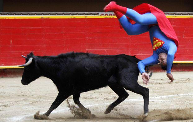 Un torero vestito da Superman durante una corrida a Medellín, in Colombia. (Albeiro Lopera, Reuters/Contrasto)
