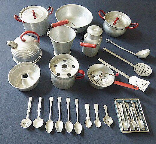 Onbekend - Div. afm. - Kavel met Blikken Speelgoed 30-delige keukengerei-set, jaren 50/60