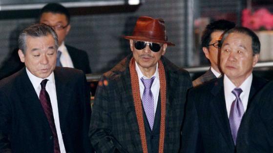 Vergrößern Kenichi Shinoda (72, mit Hut) ist der Boss der Yamaguchi Gumi