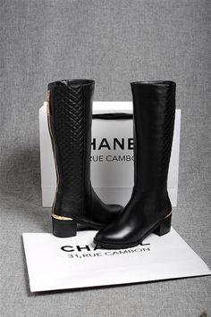 Nos encantan estas botas atemporales negras de Chanel.. ¿Qué te parecen?  #botas #altas #negras #Chanel