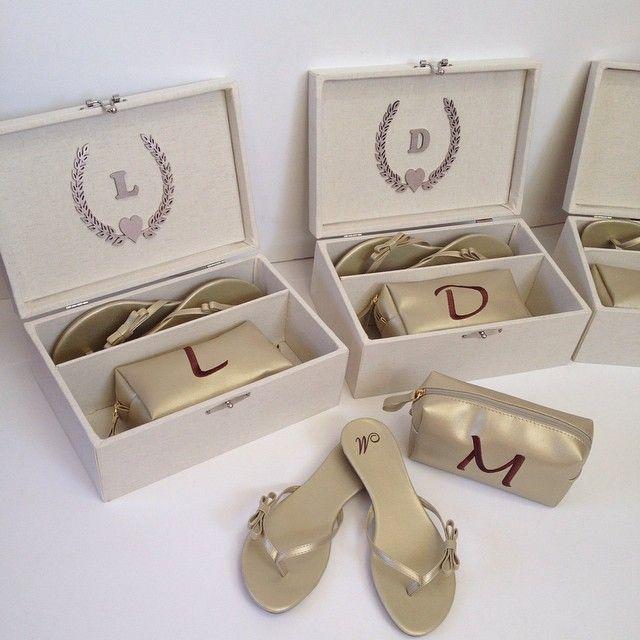 <h5>Uma caixa em MDF com sandálias personalizadas e uma necessaire com as inicias da madrinhas. Loja: Bru Puoli. </h5>
