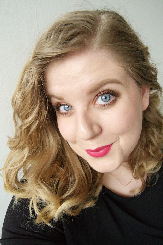 Passion rouge lipstick, curls, strong blond brows -http://www.liseemilia.com/