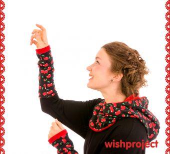 Gleich ein Doppel ♥WOW♥ gibt es für dieses tolle Set, denn Du kannst Kapu und Stulpen - mit fruchtigem Kirsch Print auf Schwarz und seinem kuscheligen Nikipartner in Rot - sogar wenden! So schön und vor Allem praktisch, da Du Dir mit dem Set sowohl Wind und Wetter (sprichwörtlich) vom Hals hältst, als auch noch jedes Outfit ganz einfach und allerliebst aufpeppen kannst.
