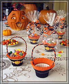 Love these nut cups.Cups Parties, Vintage Halloween, Crepes Paper, Favors Baskets, Parties Favors, Nut Cups, Parties Ideas, Crepe Paper, Halloween Favors
