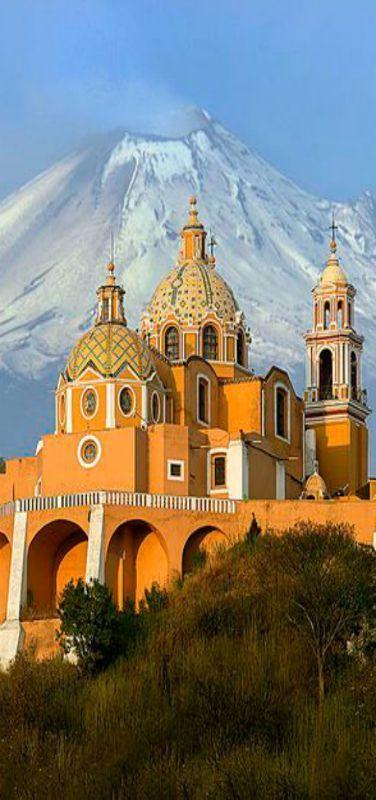 Iglesia de Nuestra Señora de los Remedios, al fondo el Volcán Popocatépetl, Atlixco Puebla, México