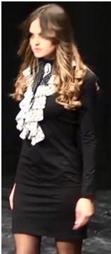 Vestido negro por encima de la rodilla con un cuello flamenco