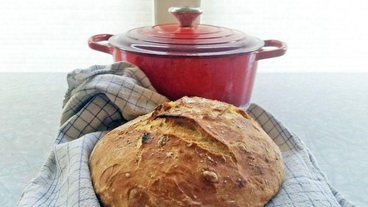 Kjærlighet og god tid er viktig for det gode brødet, sier kokk Reneé Fagerhøi. Grytebrødet er eltefritt og skal heve i tolv timer. Det stekes i jerngryte på sterk varme.