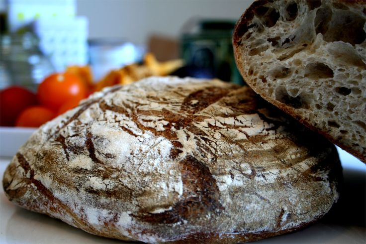Lite frön, lite grovt, stora hål och riktigt segt Nu när surdegarna vaknat till liv igen var jag så klart sugen på lite gott bröd till helgen. Har funderat på om ett av skälen till att jag inte får…