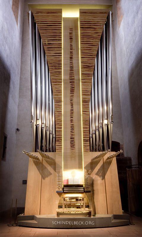 Das Münster in Alpirsbach der neuen Skulpturen-Orgel des Orgelbauers Claudius Winterhalter aus Oberharmersbach im Schwarzwald. Es ist die erste mobile Orgel Deutschlands, die auf Luftkissen durch den Raum zu bewegen ist, die Orgel-Skulptur von der Südwand des Querhauses bis in die Vierung hinein zu fahren und dabei bis 90 Grad zu drehen. Damit kann das Instrument mit nur 35 Registern von unterschiedlichsten Positionen aus jeder denkbaren Gottesdienst- und Konzertsituation gerecht werden.