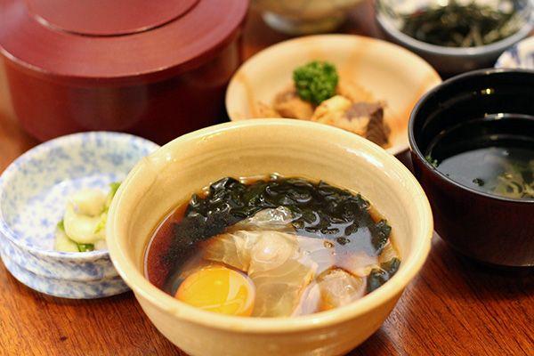 贅沢な卵かけごはん!? 「宇和島鯛めし」(税込950円)。