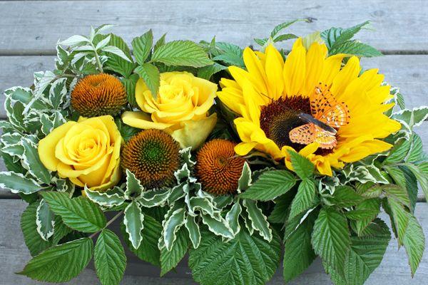 http://holmsundsblommor.blogspot.se/2011/07/mina-gula-tankar.html Solros, rudbeckia och gula rosor