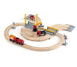 Brio treinen Rail & road kraanset  Je kunt erop vertrouwen dat de kraan ervoor zorgt dat de arbeid en de goederen behandeling goed verloopt. De kraan lost de vracht van de trein en laadt deze op de vrachwagens voor verder vervoer. De trein levert de goederen ver in de stad af, waar ze per vrachtauto verder gestransporteerd kunnen worden: dat is teamwork!  http://www.brio-trein.nl/brio-treinen-33208-rail-road-kraanset.html