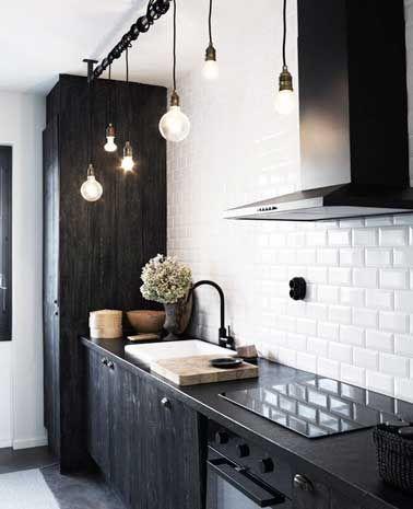 Cuisine noir et blanc design avec mur en carrelage métro