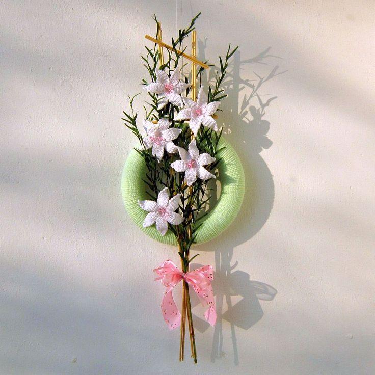Věneček+Lilie+Originální+dekorace+-+pletený+věneček,+zdobený+pěti+háčkovanými+liliemi+s+růžovými+pestíky,+které+jsou+připevněné+na+proutěný+žebříček.+Věneček+je+vhodný+k+dekoraci+dveří+nebo+bytu.+Investice+do+nákupu+tohoto+věnečku+se+vyplatí:+nikdy+neuvadne+a+neopadá.+Rozměry:+-+průměr+věnečku+28cm+-+výška+proutěného+žebříčku+74+cm+-+průměr+lilie+...