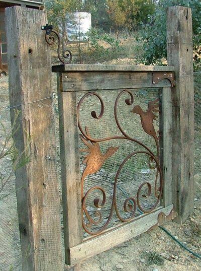 Tuinhek gemaakt van oud hout, metalen ornament en gaas. Dalk moet ek eerder metal work gebruik om die hek toe te maak