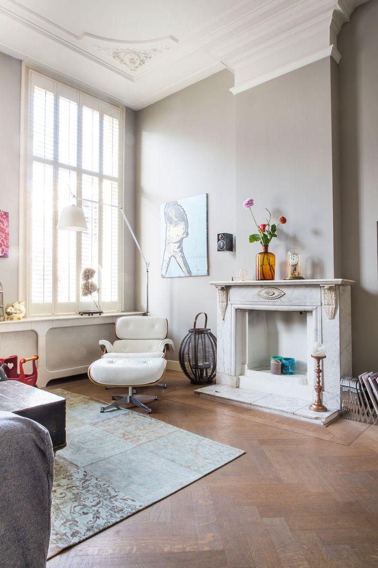 Tal van prachtige elementen: grote ramen, hoge muren, prachtige vloer, schouw, kleur op de muren, omkasting van verwarming, ...