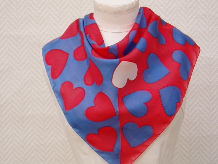 """Foulard, Gavroche, écharpe bleu rouge """"Que des cœurs"""" en soie peint à la main : Echarpe, foulard, cravate par toutensoie"""