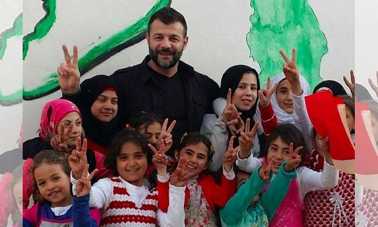 Conocido como 'El Traficante de Juguetes', este hombre arriesga su vida para llevar felicidad a los  niños sirios