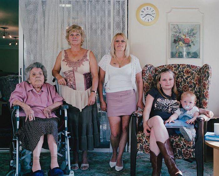 Nellie Thorpe 85, Christine Ward 55, Lynne Bathgate 36, Lindsay Bathgate 18, Tegan Bathgate 21 m. Семейные фотографии – это настоящие реликвии, которые ценятся в каждом доме. Британский фотограф Джулиан Жермен (Julian Germain) презентовал проект «Generations», цель которого – показать несколько поколений одной семьи.