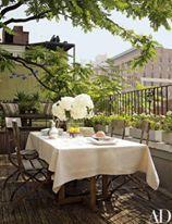 A imagem pode conter: pessoas sentadas, árvore, tabela, planta, flor e atividades ao ar livre