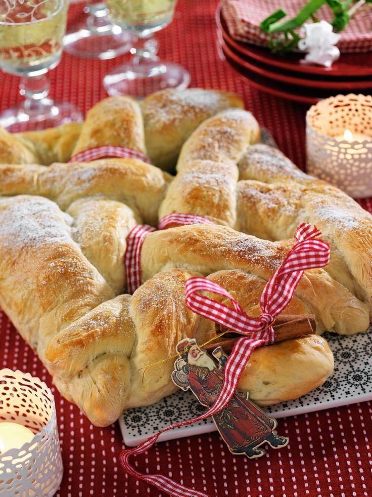 Det här brödet pryder verkligen festbordet. Dekorera med vackra band och servera tillsammans med julens ostar.