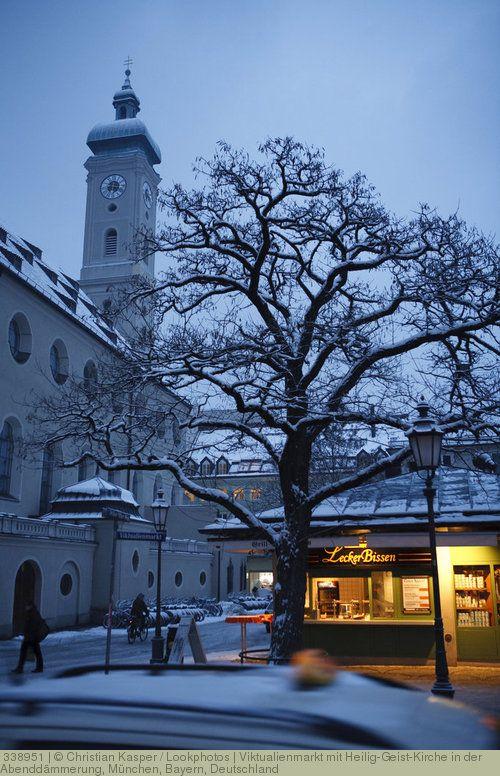 Viktualienmarkt mit Heilig-Geist-Kirche in der Abenddämmerung, München, Bayern, Deutschland